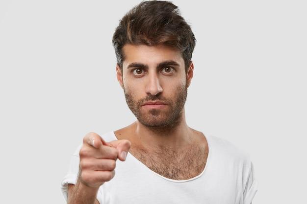 Je moet goed naar me luisteren! strikte ongeschoren man met ernstige gezichtsuitdrukking, wijst rechtstreeks met wijsvinger, draagt vrijetijdskleding
