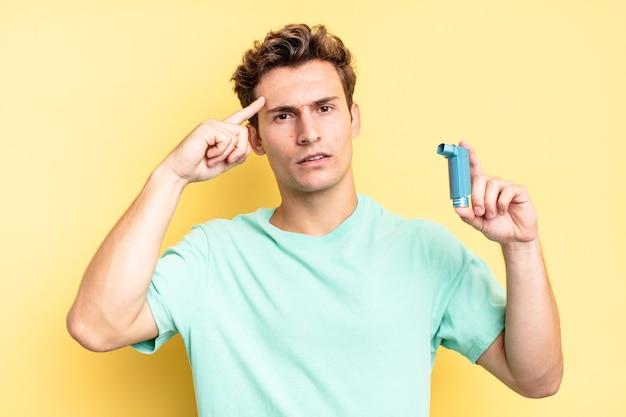 Je verward en verbaasd voelen, laten zien dat je gek, gek of gek bent. astma concept
