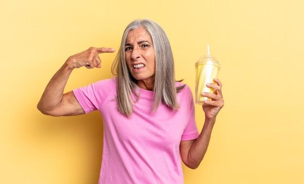 Je verward en verbaasd voelen, laten zien dat je gek, gek of gek bent en een milkshake vasthouden