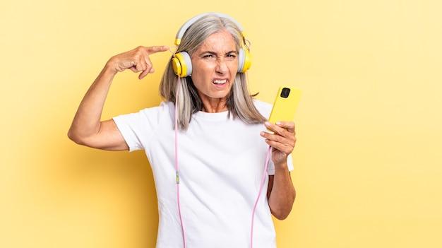 Je verward en verbaasd voelen, laten zien dat je gek, gek of gek bent met een koptelefoon