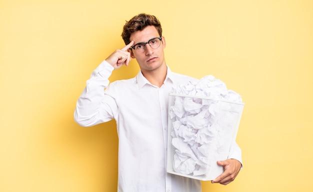 Je verward en verbaasd voelen, laten zien dat je gek, gek of gek bent. prullenbak papier concept