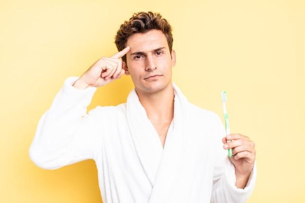 Je verward en verbaasd voelen, laten zien dat je gek, gek of gek bent. tandenborstel concept