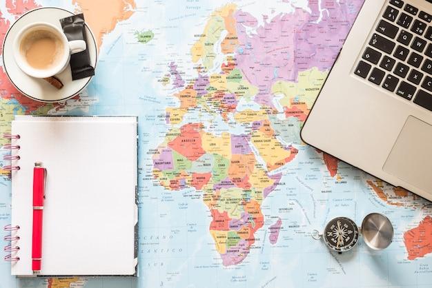 Je weg vinden. plan en geniet van het maken van uw route. avontuur, ontdekking, navigatie, communicatie, logistiek, aardrijkskunde, transport en reisconceptenachtergrond.