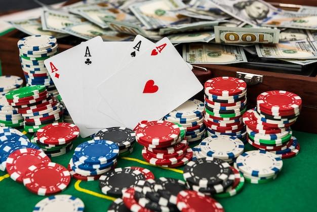 Je wint bij een casino. een volle koffer met geld met fiches en kaarten op de pokertafel