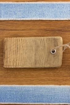 Jeans bij houten textuurachtergrond
