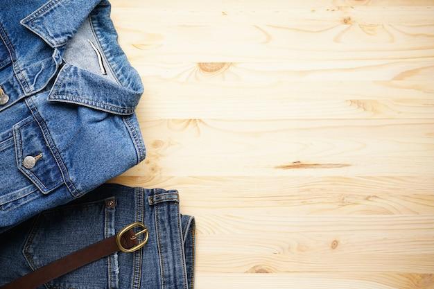 Jeans dames jas en denim broek op de houten, bovenaanzicht. ruimte voor tekst.