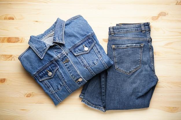 Jeans dames jas en denim broek op de houten, bovenaanzicht.