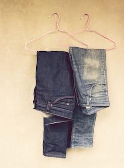 Jeans die op de muur hangen