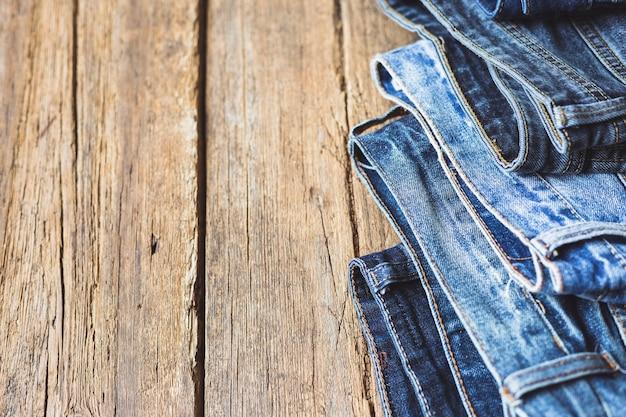 Jeans gestapeld op een houten achtergrond