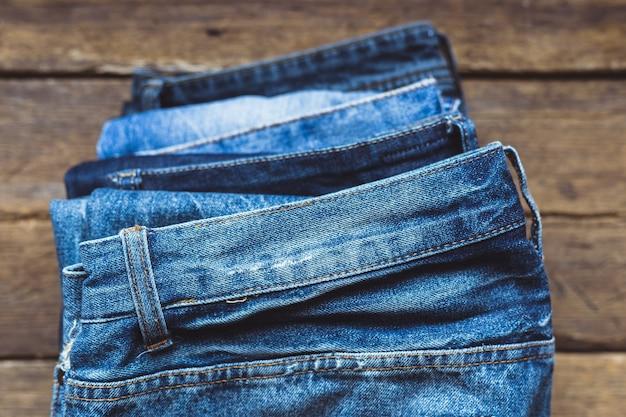 Jeans gestapeld op een houten bord