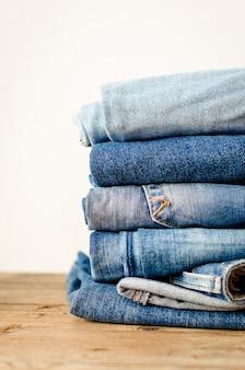 Jeans gestapeld op een houten tafel