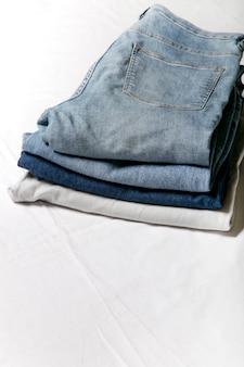 Jeans gestapeld op een witte achtergrond