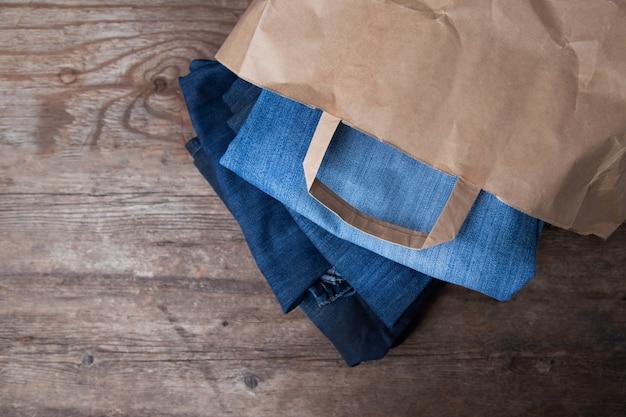 Jeans in een papieren zak. concept aankoop.