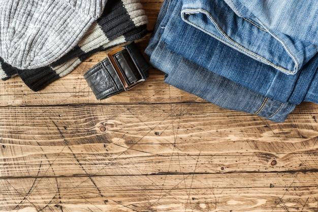 Jeans kleding en accessoires op bruin hout oppervlak