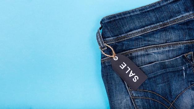 Jeans met zwarte vrijdag-tag bevestigd