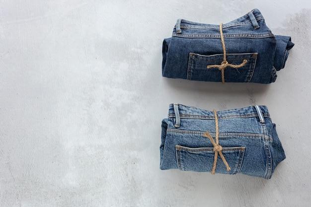 Jeans op concrete achtergrond
