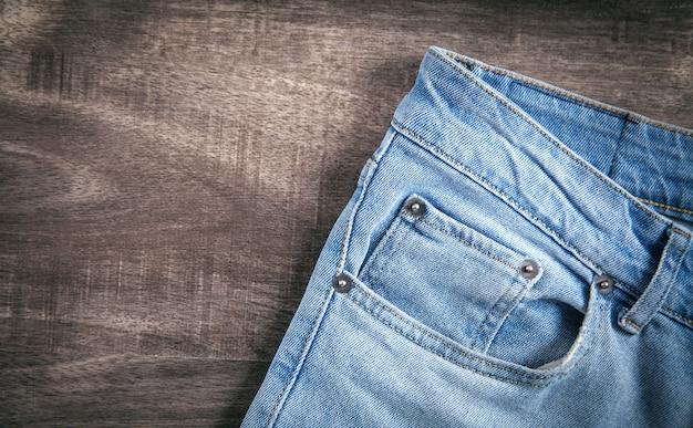 Jeans op de bruine houten achtergrond.