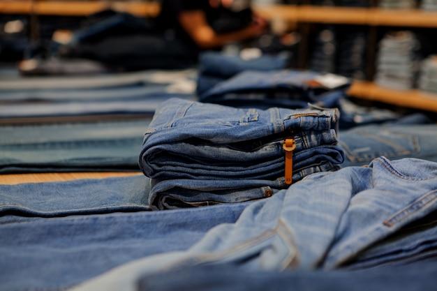 Jeans op de teller in de winkel. mode en winkelen concept
