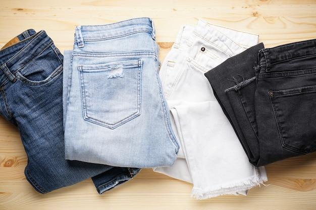 Jeans op een houten ondergrond, plat gelegd.