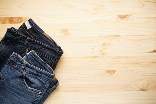 Jeans op een houten tafel ruimte voor tekst, plat leggen.