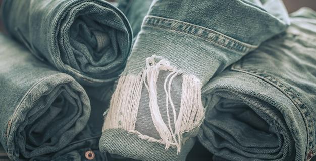 Jeans op een houten tafel