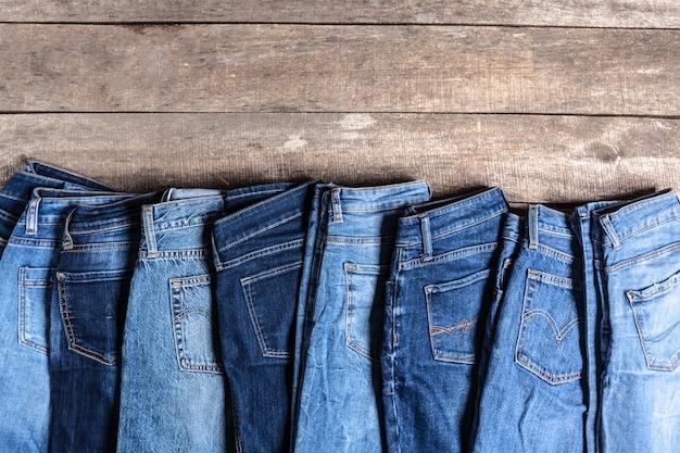 Jeans op houten