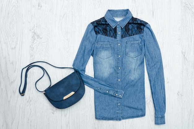 Jeansoverhemd en handtas