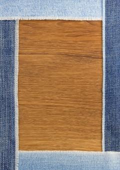 Jeansstroken bij houten textuurachtergrond