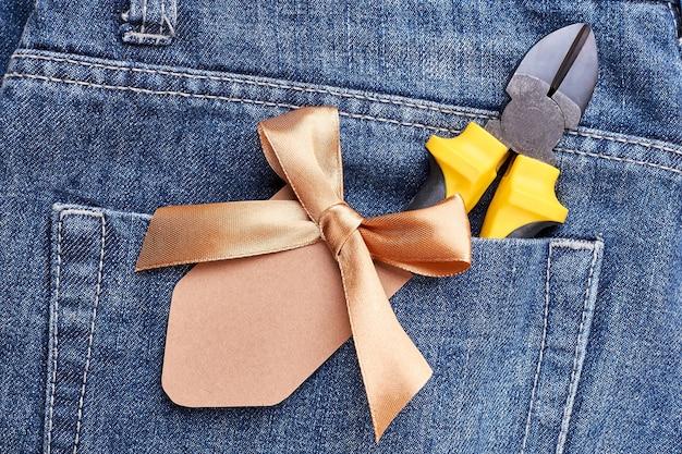Jeanszak met tang. lintstrik op broekzak. maak een cadeau voor vader.
