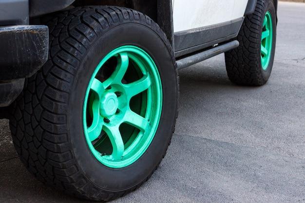 Jeep met groene wielschijven op de weg