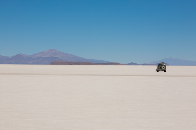 Jeep op salar de uyuni, bolivië. grootste zoutvlakte ter wereld. boliviaans landschap