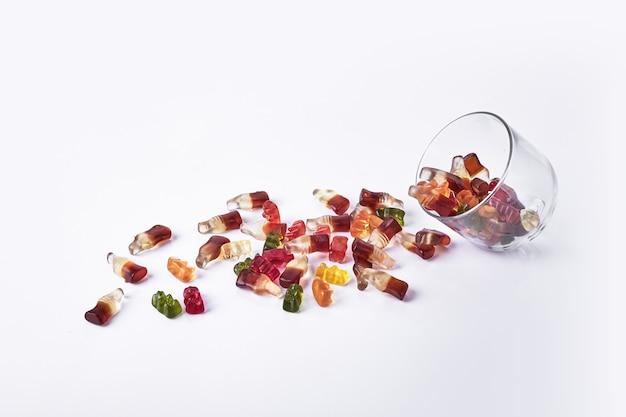 Jelly marmelades uit een glazen beker op witte backgorund.