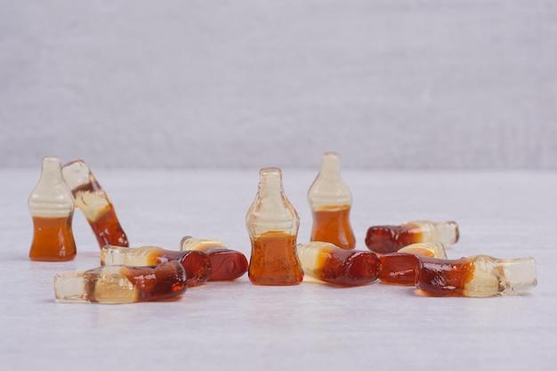 Jelly snoep op witte tafel. Gratis Foto