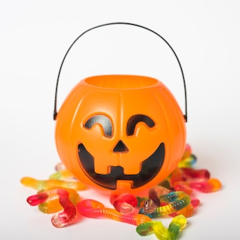 Jelly wormen in de buurt van trick or treat basket