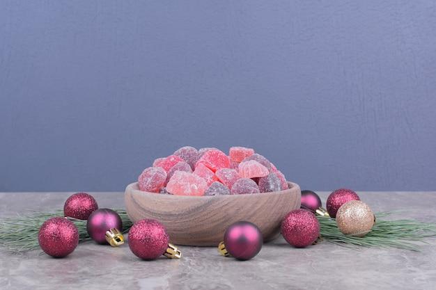 Jellybeans geïsoleerd in een houten schotel op het marmeren oppervlak