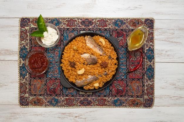 Jemenitische stijl siadeah - vis kabsa. gemengde rijstgerechten die afkomstig zijn uit jemen. midden-oosters eten.