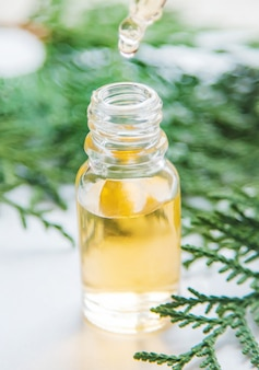 Jeneverbes etherische olie in een klein flesje