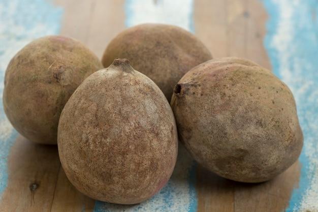Jenipapo, fruit gebruikt in likeuren en snoepjes, op rustiek hout