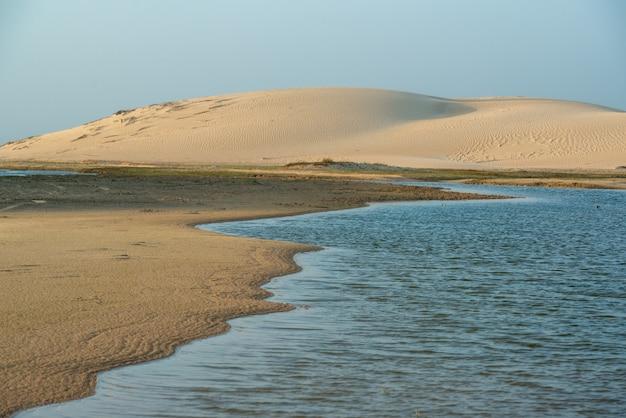Jericoacoara strand ceara brazilië duinen verlicht door de zon in de ochtend