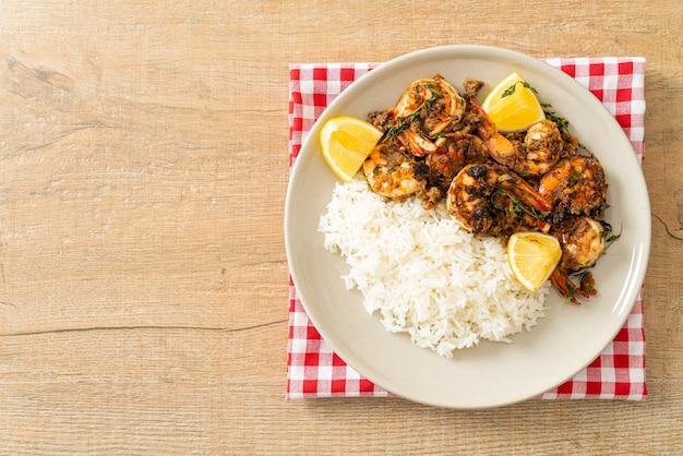 Jerk garnalen of gegrilde garnalen in jamaica style met citroen en rijst