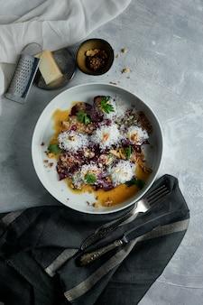 Jerky beef met gekarameliseerde bieten een gerecht voor een restaurant donkere tinten