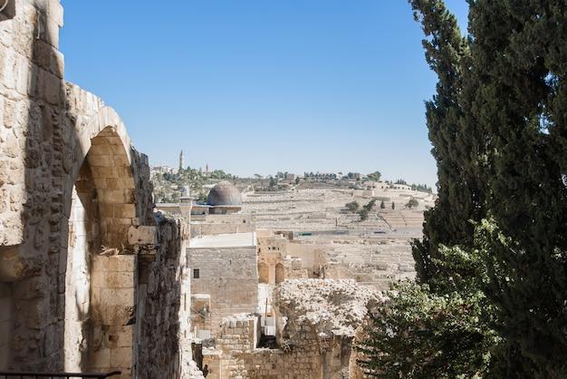 Jeruslem, israël - 5 november 2018: weergave van oude gedeelte met stenen gebouwen van jeruslem.