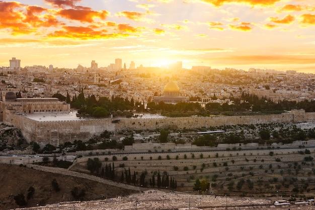 Jeruzalem stad bij zonsondergang