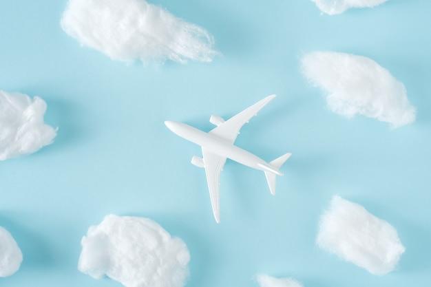 Jet vliegtuig vliegt tussen de pluizige wolken
