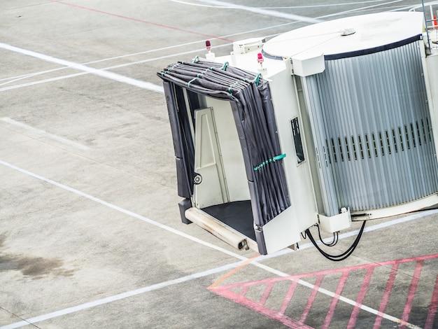 Jetway die op een vliegtuig wacht om bij de luchthavenpoort boarding gate aan te komen