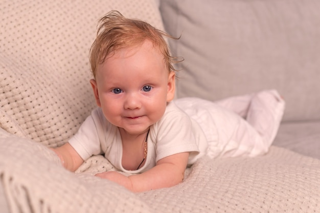 Jeugd babytijd en mensen concept kleine baby die thuis op de vloer kruipt