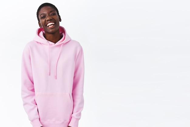 Jeugd, geluk en lifestyle concept. gelukkig lachend afrikaans-amerikaans hipstermeisje met kort kapsel dat plezier heeft