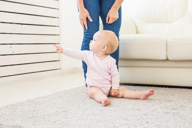 Jeugd, gezin en moederschap concept - moeder met lief babymeisje
