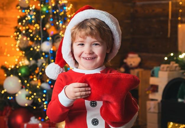 Jeugd momenten. kind vrolijk gezicht kreeg cadeau in kerstsok.