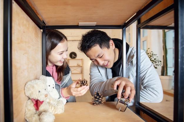 Jeugd. nieuwe eigenaren van onroerend goed, jong stel verhuizen naar een nieuw huis, appartement, zien er gelukkig uit.
